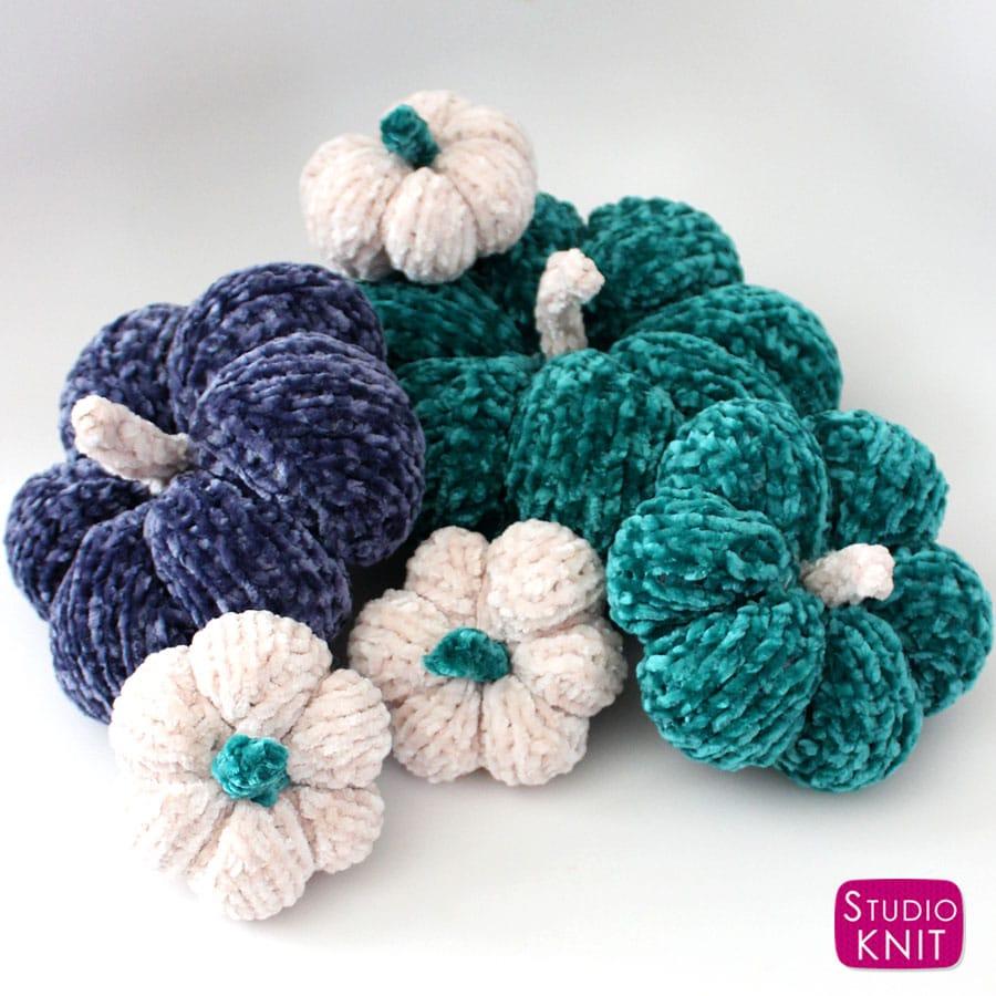 Knit velvet pumpkins flat on straight needles. Free knitting pattern for beginners by Studio Knit