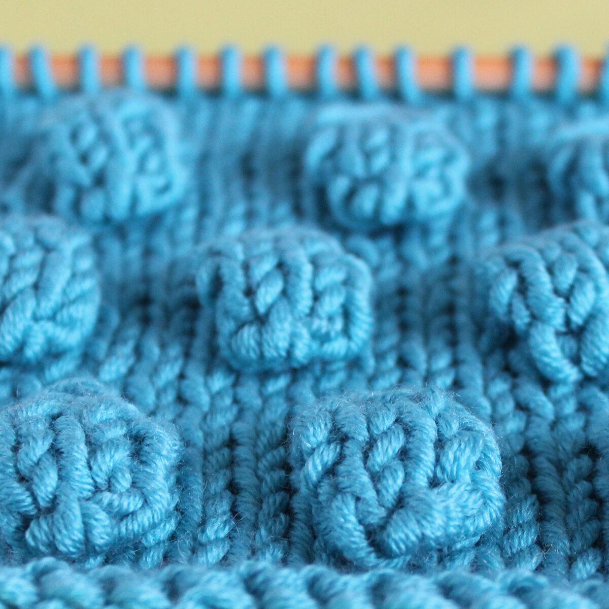 Bobbles in Stockinette Stitch na igli za pletenje u pređi plave boje.