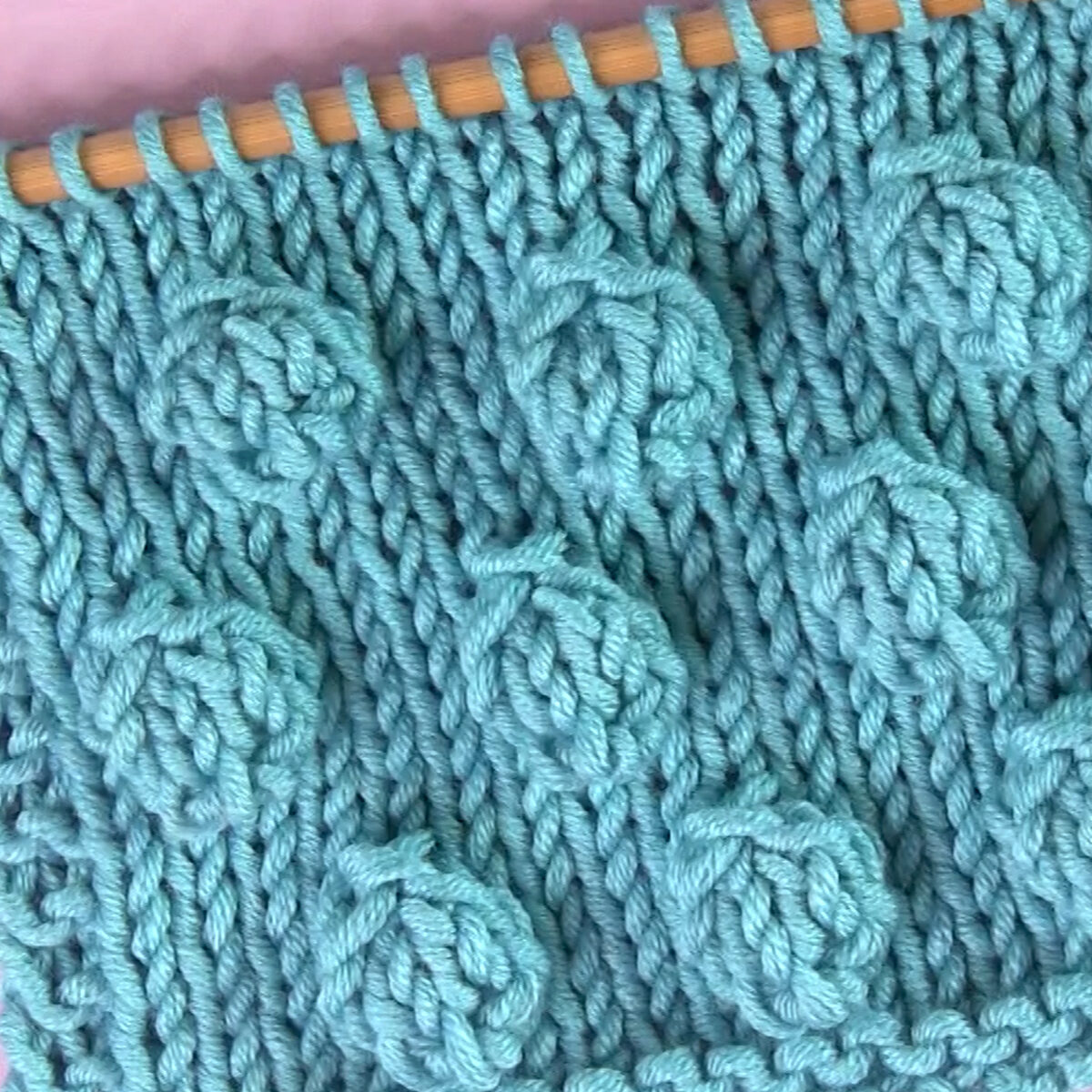 Srednje velike vrpce u bodovnom šavu s pređom plave boje.