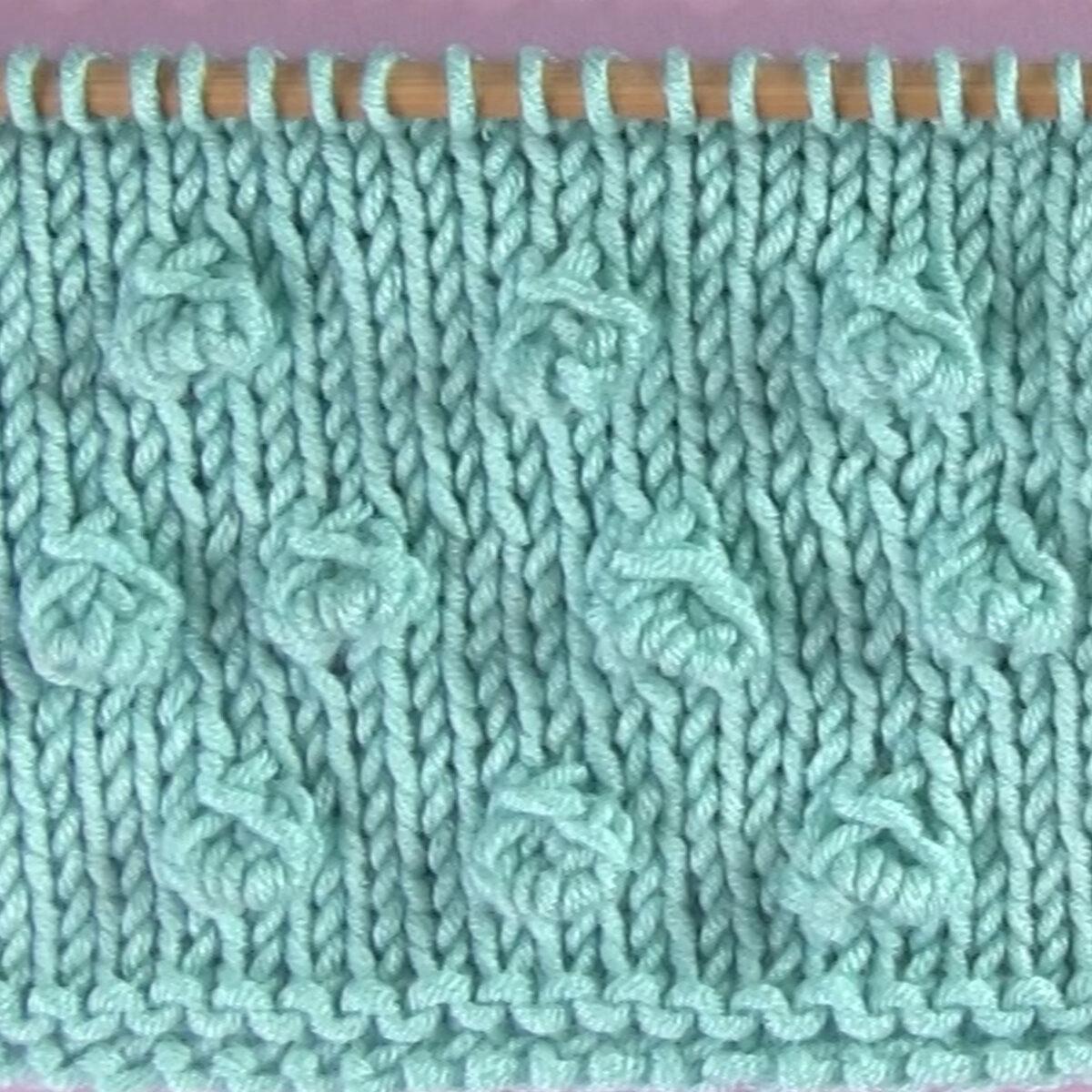 Bobble male veličine u Stockinette bodu na igli za pletenje u pređi svijetloplave boje.